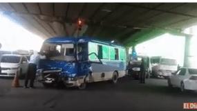 El choque ocurrió cuando la guagua de transporte público intentó rebasar.