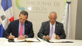 Luis R. Mejía Brache y Ángel Canó, firman el acuerdo.