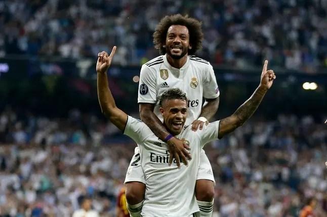 Con Marcelo sobre sus espaldas, el dominicano Mariano Díaz festeja el gol que anotó en la victoria 3-0 de Real Madrid sobre Roma en la Liga de Campeones el 19 de septiembre del 2017 en el estadio Santiago Bernabéu de Madrid.
