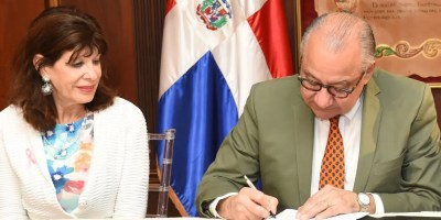 Robin Berstein  y Manuel Rocha durante la firma del contrato de suministro de carbón.