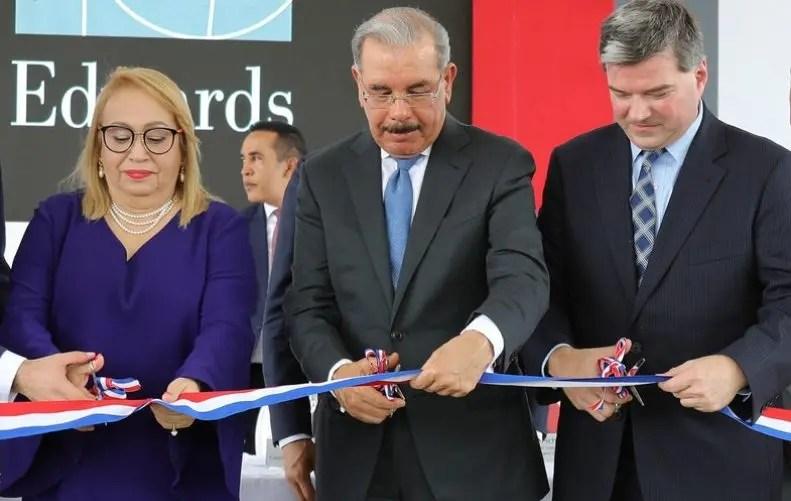 Danilo Medina mientras cortan la cinta inaugural.