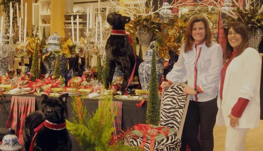 Beatriz Puello y Carla Dájer en uno de los ambientes navideños de Cuesta .