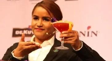 Yandery Crispín muestra la bebida ganadora.