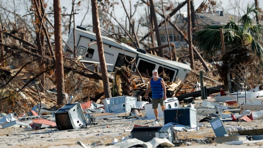 Ronnie Poole camina entre los escombros de una vivienda tras el paso del huracán Michael en Mexico Beach, Florida. (AP Foto/Gerald Herbert)
