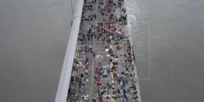 otografía tomada con un dron, muestra a miles de hondureños que esperan hoy, sábado 20 de octubre de 2018, en el puente entre Guatemala y México, debido a que las autoridades les impiden el paso. EFE