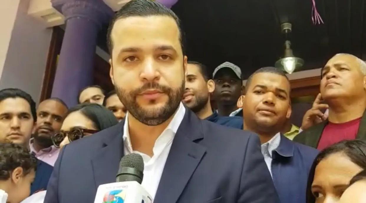 Rafael Paz inscribe su candidatura a la senaduría del Distito Nacional