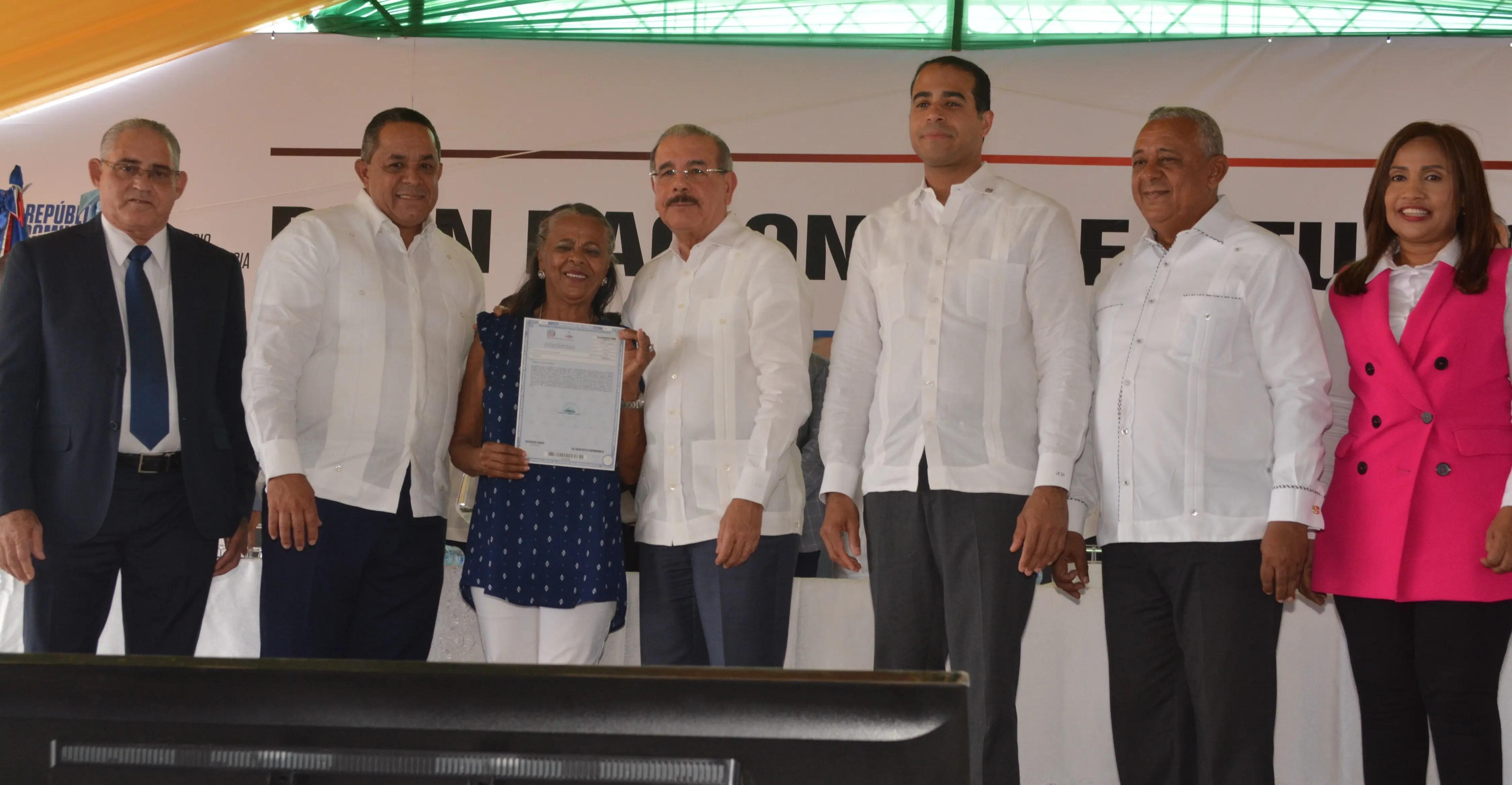 Presidente Danilo Medina entrega 1,591 títulos definitivos de parcelas en Valverde