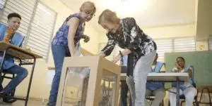En las  mesas el personal auxiliaba a los votantes envejecientes o con discapacidad.  Elieser Tapia