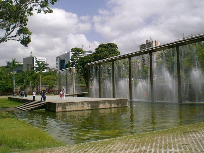 Fuente cortina de agua en el parque del este
