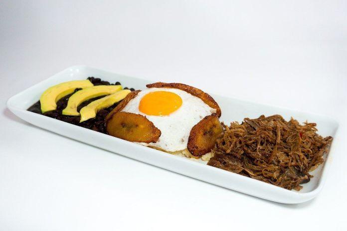 El pabellón criollo, nuestro plato nacional, a caballo con aguacate.