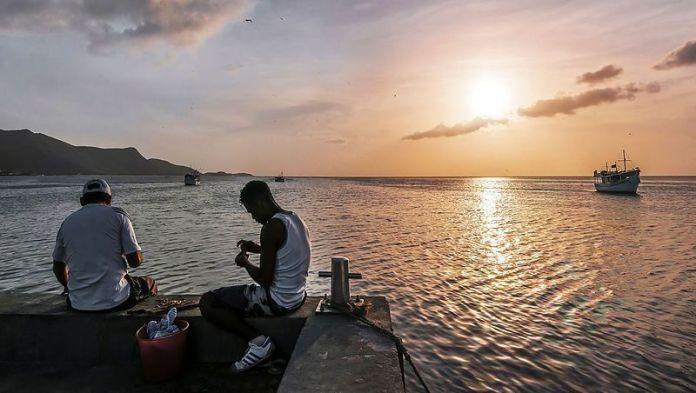 Pescadores en el muelle de Juan Griego