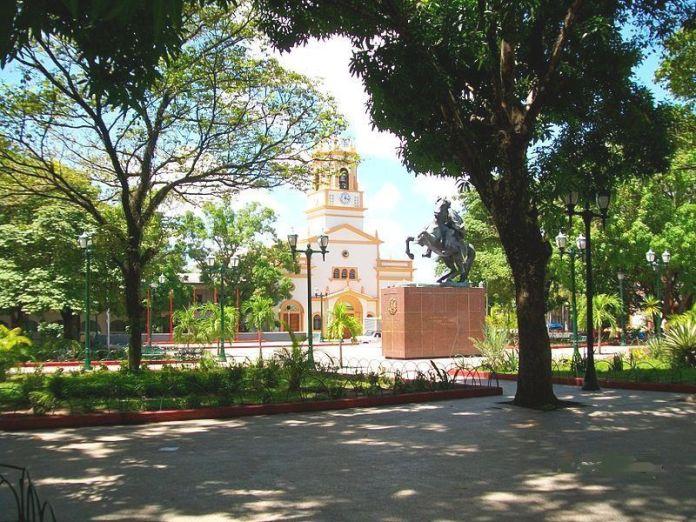 Plaza Bolívar y Catedral María Auxiliadora de Puerto Ayacucho