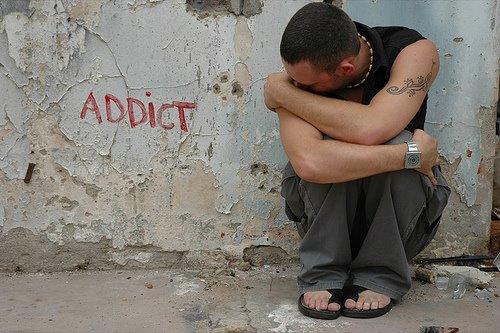 Las adicciones como falsa solución a las demandas de un mundo amenazador.