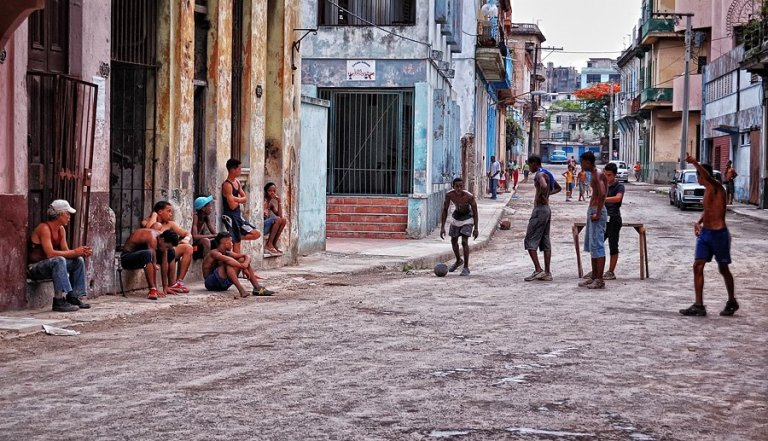 A lo cubano: Botella´e ron, tabaco habano