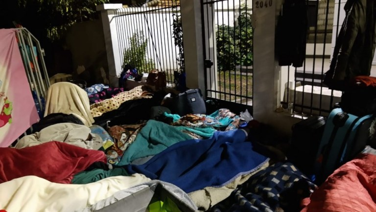 400 venezolanos duermen sin nada frente a su Embajada