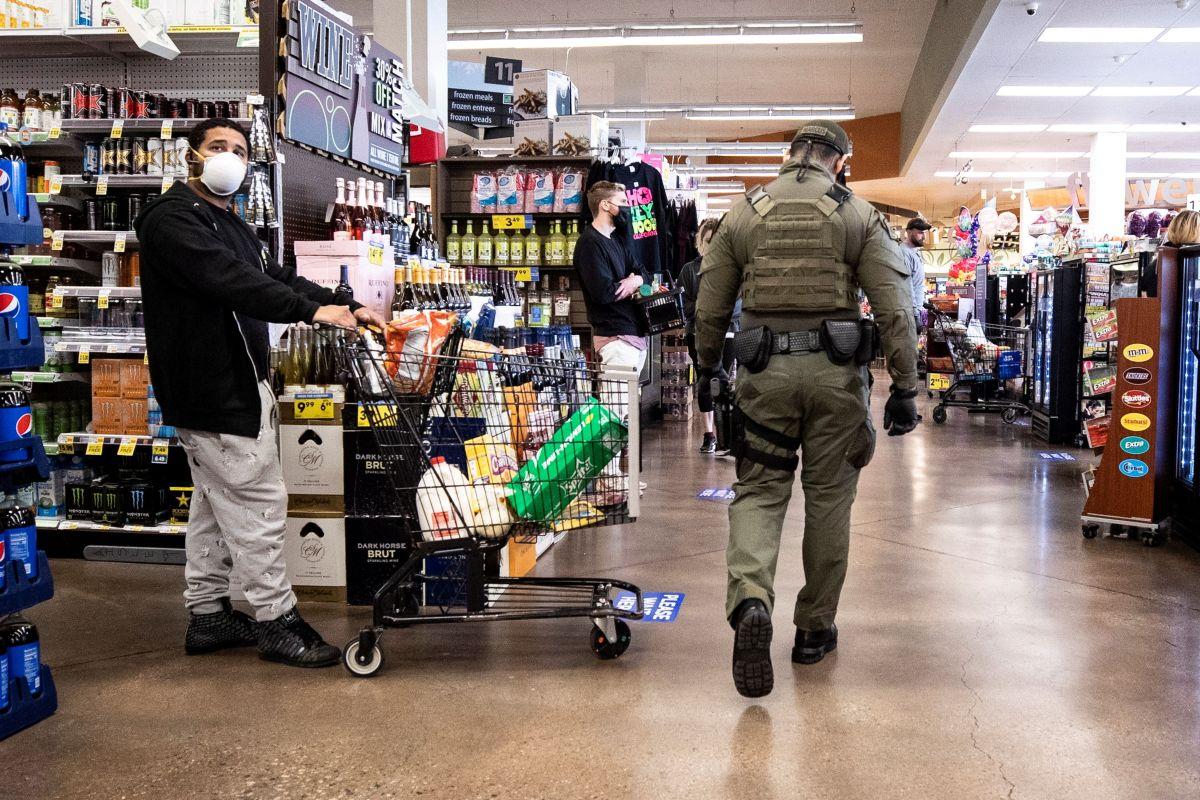 Doctora racista le da puñetazo a hispano que le pidió en español que mantuviera distanciamiento en supermercado de Florida