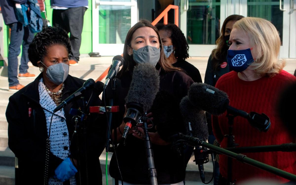 Alexandria Ocasio-Cortez entrega $3.2 millones a damnificados por tormenta en Texas en claro contraste con republicano Ted Cruz