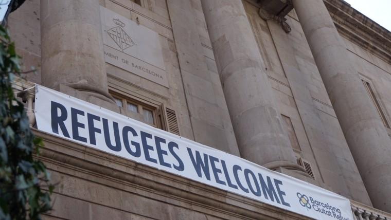 Risultati immagini per refugees welcome barcelona ajuntament