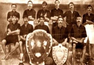 La selección de la India en la década de 1940, posando con la equipación y completamente descalzos