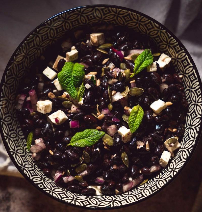 Salade composée haricot noir feta menthe oignon rouge et graines