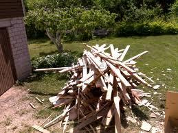 Valesti ladustatud puitmaterjal
