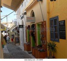 narrow-shopping-alley-on-the-island-of-santorini-ayj3ww