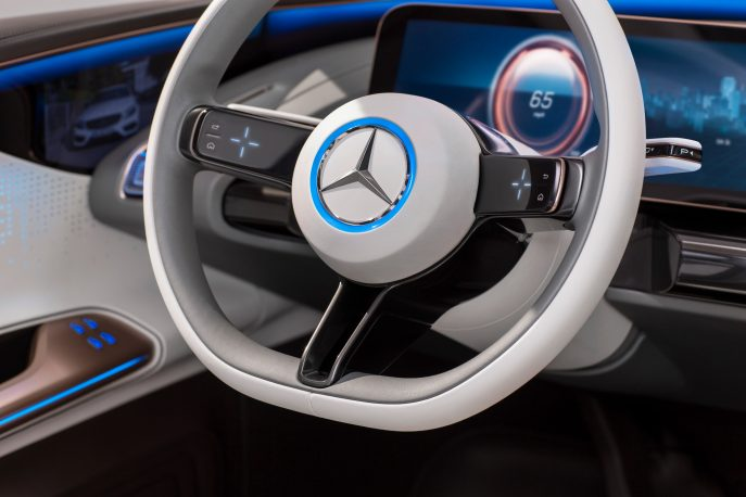 Generation EQ, Interieur, Lenkrad mit in OLED-Displays integrierten Touch Control Buttons ; Generation EQ, interior, steering wheel with touch controls, which are integrated into OLED displays;