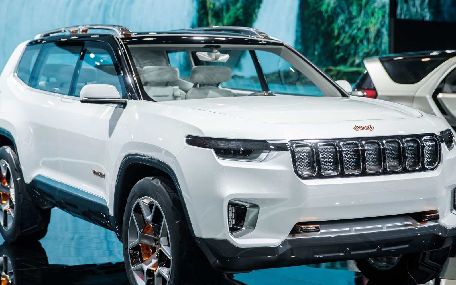 jeep 39 s plug in hybrid suv concept debuts with a 40 miles all electric range electrek. Black Bedroom Furniture Sets. Home Design Ideas