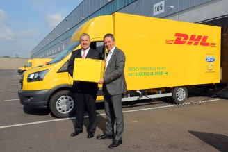 Köln, 16.08.2017 - Vorstellung des E-Transporters StreetScooter WORK XL durch Steven Armstrong, Group Vice President and President Europe, Middle East and Africa Ford Motor Company (rechts) und Jürgen Gerdes, Konzernvorstand Post - eCommerce - Parcel von Deutsche Post DHL Group. --- Foto: Ford/Friedrich Stark