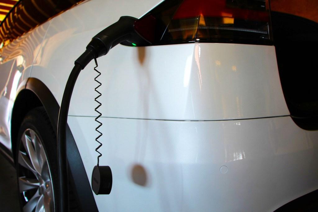 vehicule electrique en charge 2 1024x683 - Les véhicules électriques aujourd'hui