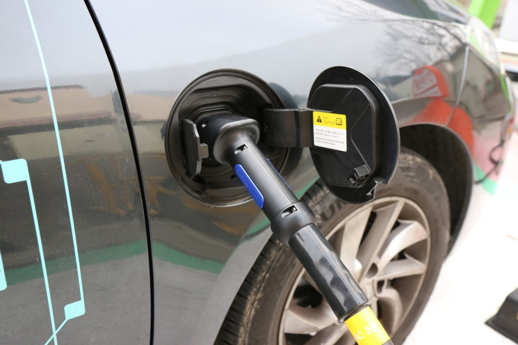 voiture electrique sur borne de charge - Pitfalls to avoid when charging at a public charging station