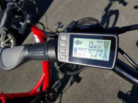 The display changes to a big speedo readout when moving