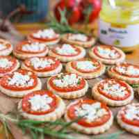 Mini tarts with tomatoes and mustard