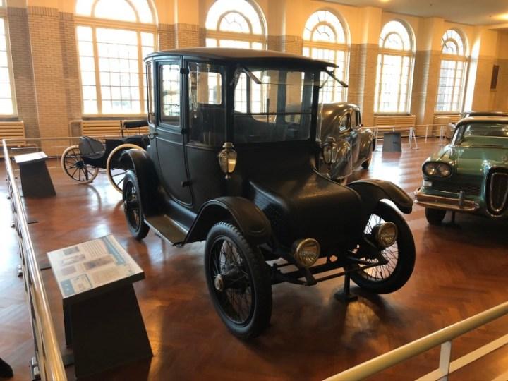 Automobilul electric utilizat de Clara Ford, un model produs de Detroit Electric