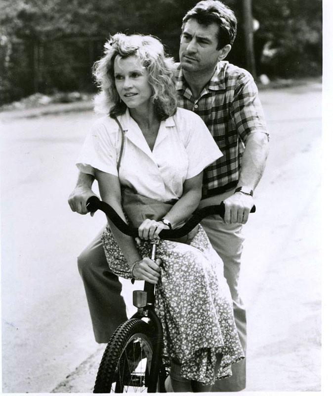 Роберт Де Ниро и Джейн Фонда катаются на велосипеде. 1989 год.