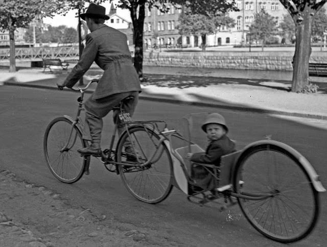 старинный велосипед с прицепом
