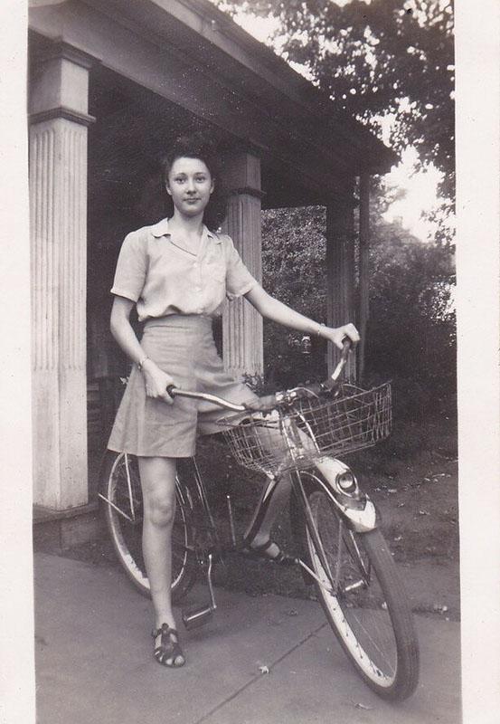 старинная фотография портрет девушки на велосипеде