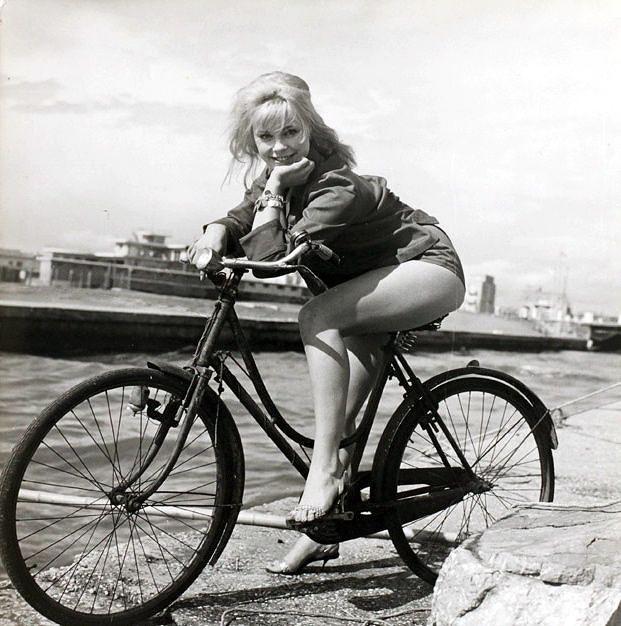 Эльке Зоммер (нем. Elke Sommer; род. 1940) — американская актриса немецкого происхождения позирует на велосипеде. Лауреат премии «Золотой глобус» за лучший дебют. 1970 год.