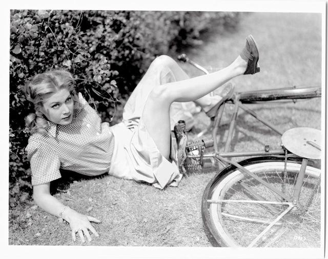 Американская актриса Луиза Олбриттон после падения с велосипеда. 1944 год.