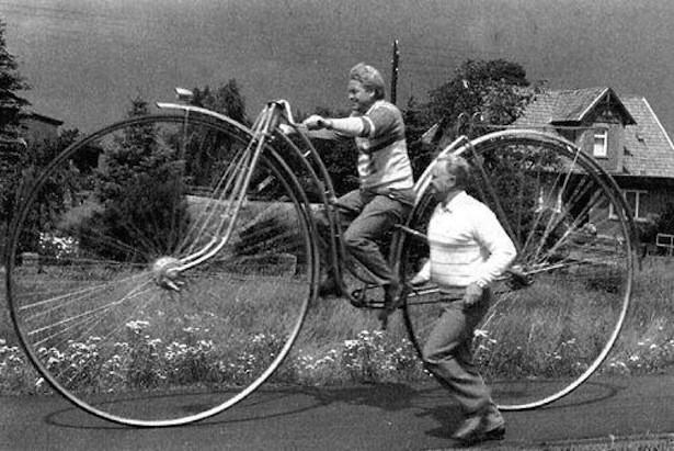 старинный велосипед на огромных колесах