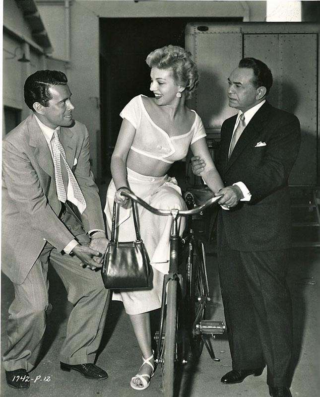 Кэтлин Хьюз. Джон Форсайт, Эдвард Г. Робинсон и велосипед. 1953 год.