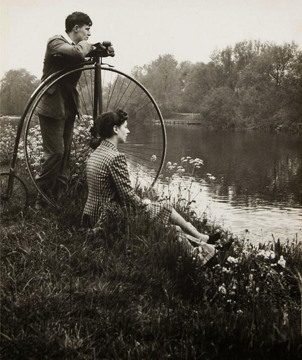 старинная фотография, девушка, молодой человек и велосипед на берегу реки