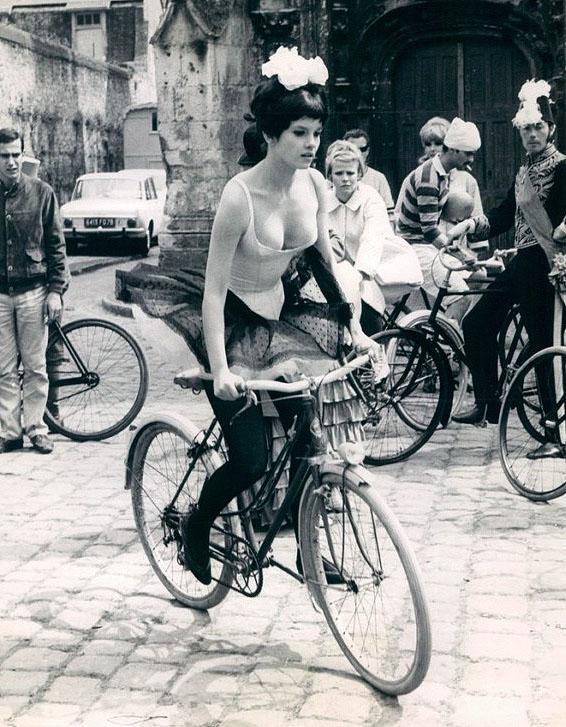 Женевьев Бюжо (фр. Geneviève Bujold) - канадская актриса, лауреат премий «Золотой глобус» и «Джини» на велосипеде. 1966 год.