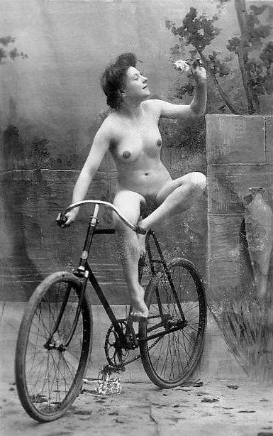 старинная фотография обнаженной девушки на велосипеде