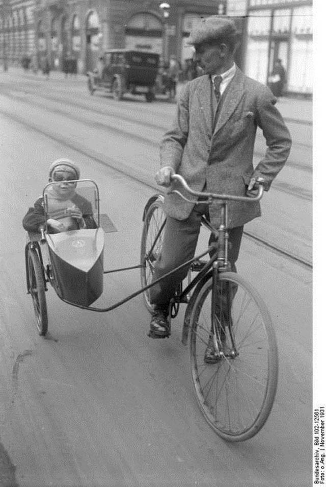 старинный велосипед с детской коляской