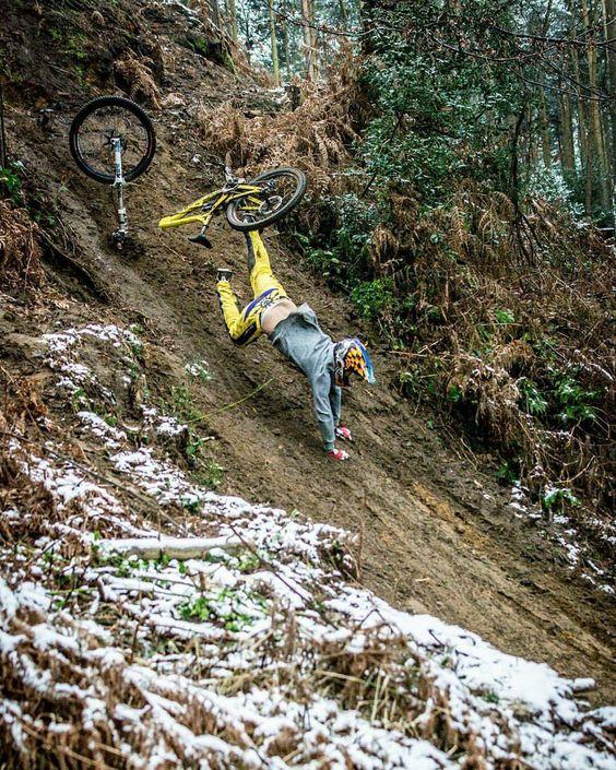 падение с горного велосипеда в результате повреждения рамы