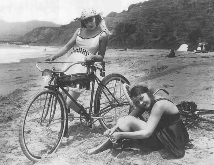 девушки и старинный велосипед ретрофотография