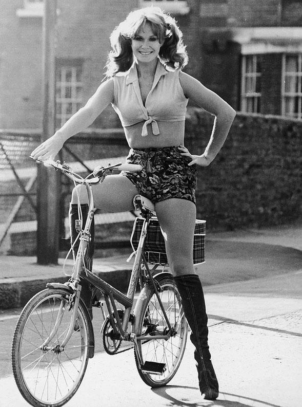 Кароль Буке (Carole Bouquet) — французская актриса на ретро-велосипеде