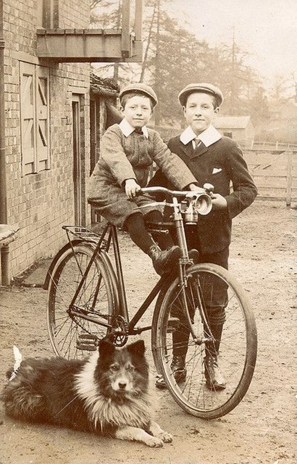 Дети на старинном дорожном велосипеде. История фотографии.