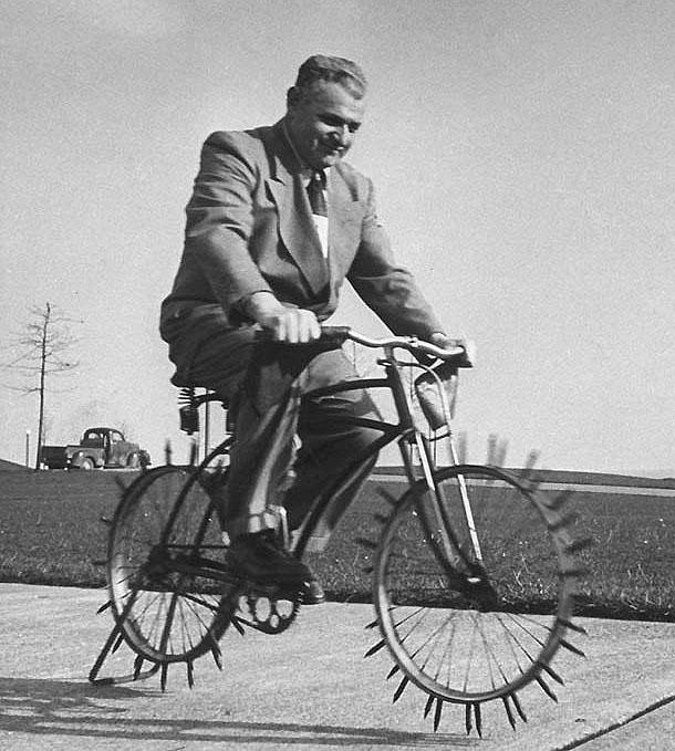 ретро велосипед для аэрации газона